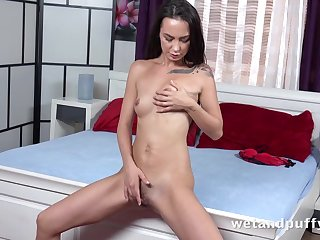 Solo slut stretches out her cunt with a huge dildo