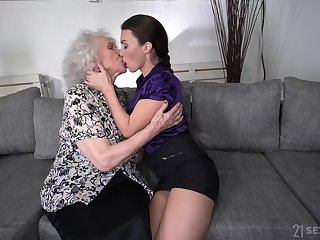 Perverted chubby bodied mature bitch Norma B loves some facesitting