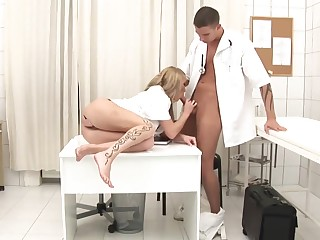Admirable Medic Is Gonna Plumb Promiscuous Blond Provide for Up Her Culo