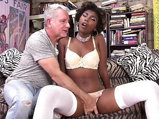 Chocolate girl Daizy Cooper feeds her pussy and mouth with long dick